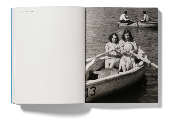 Fotografia de gêmeas em um bote