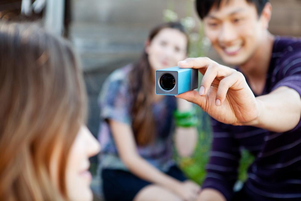 Rapaz fotografando com camera Lytro ElectricBlue