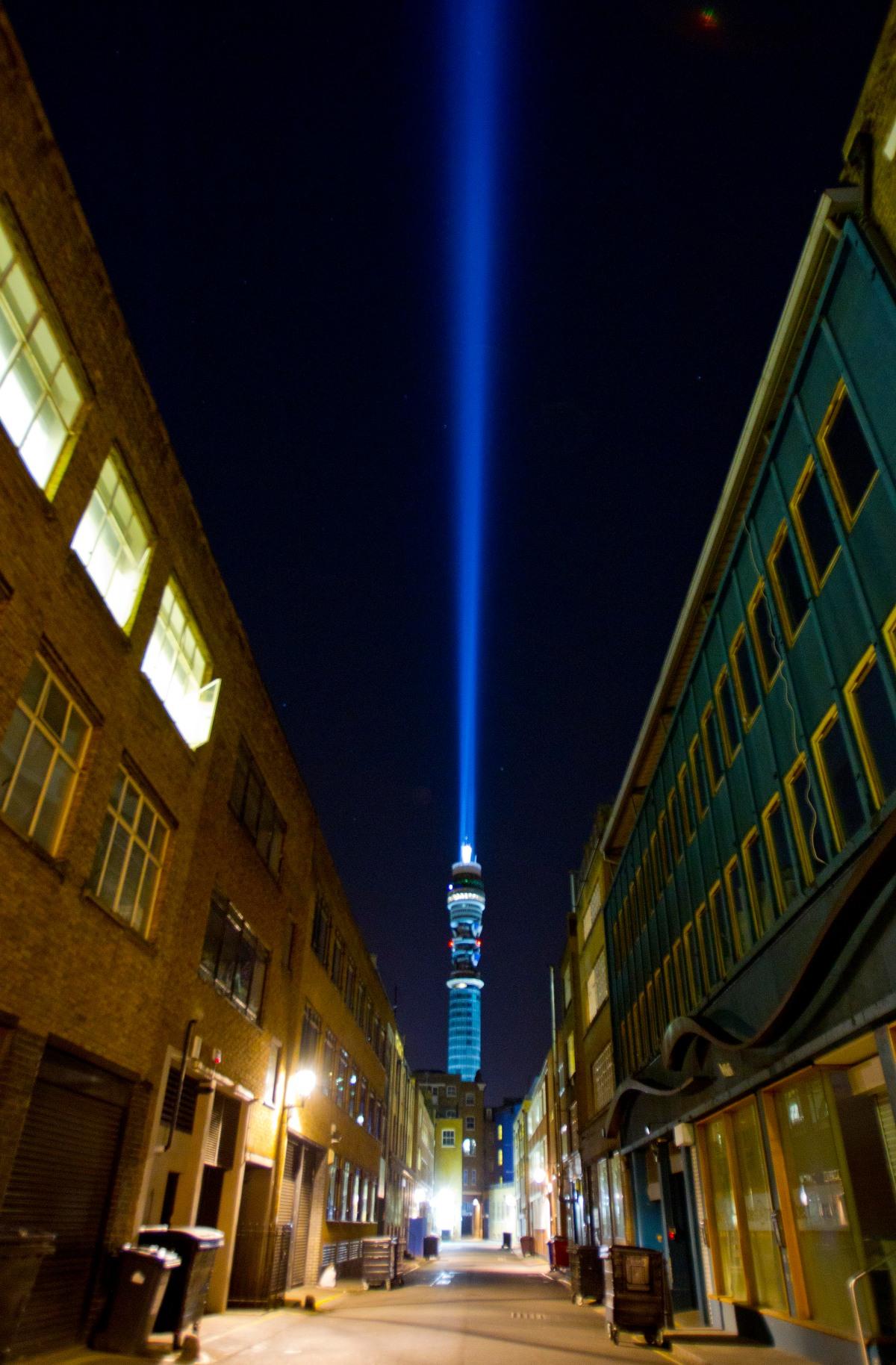 Torre BT Tower transformada em Sabre-de-Luz