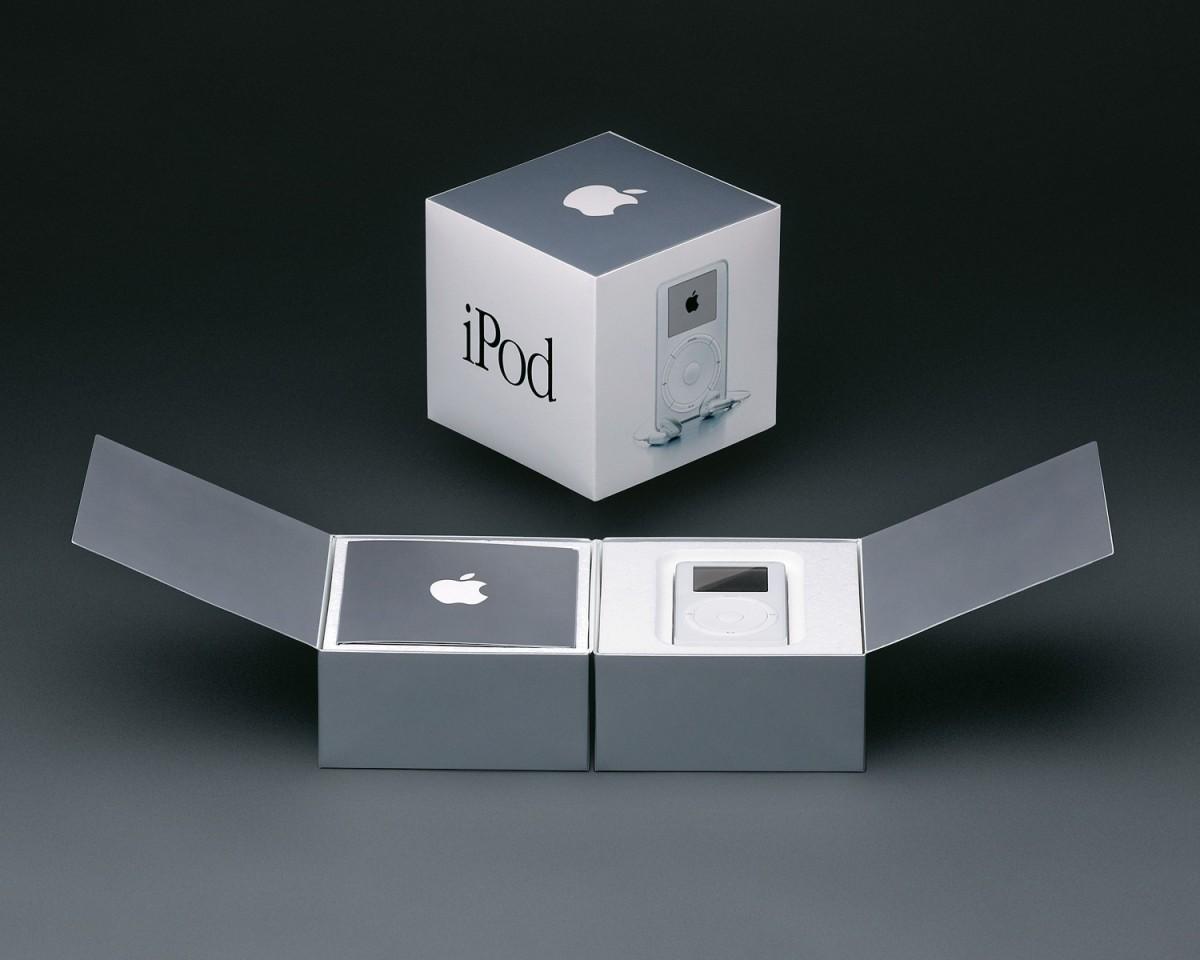 Embalagem do iPod (2001) criada por Andy Dreyfus. Este design influencia as embalagens dos produtos Apple até hoje.